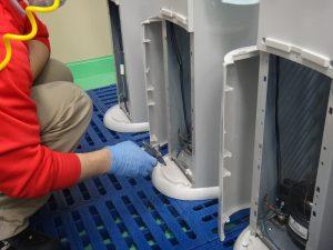 ③冷・温水のタンク内部の点検と消毒。